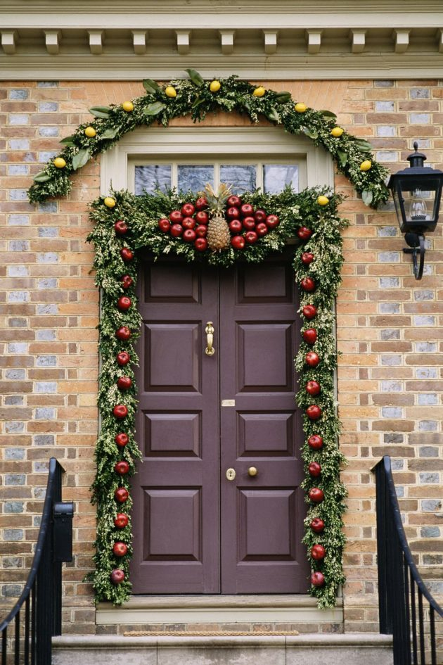 10 Impressive Christmas Door Decorations For The Upcoming Season