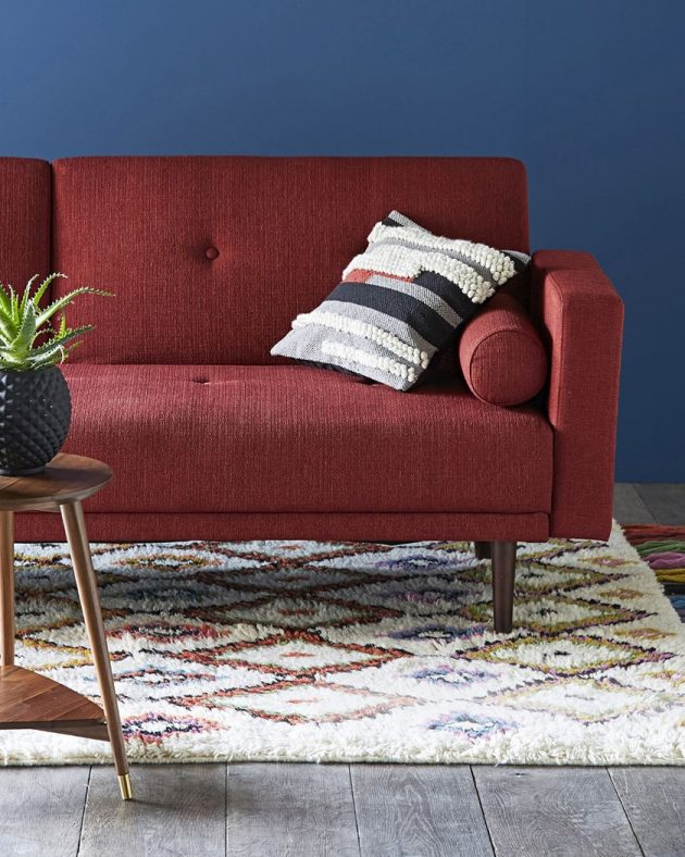 How to Use the Splendid Burgundy Color in the Living Room Decor?