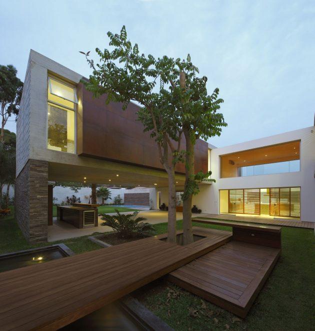 La Planicie House II by Oscar Gonzalez Moix in the La Molina District of Peru