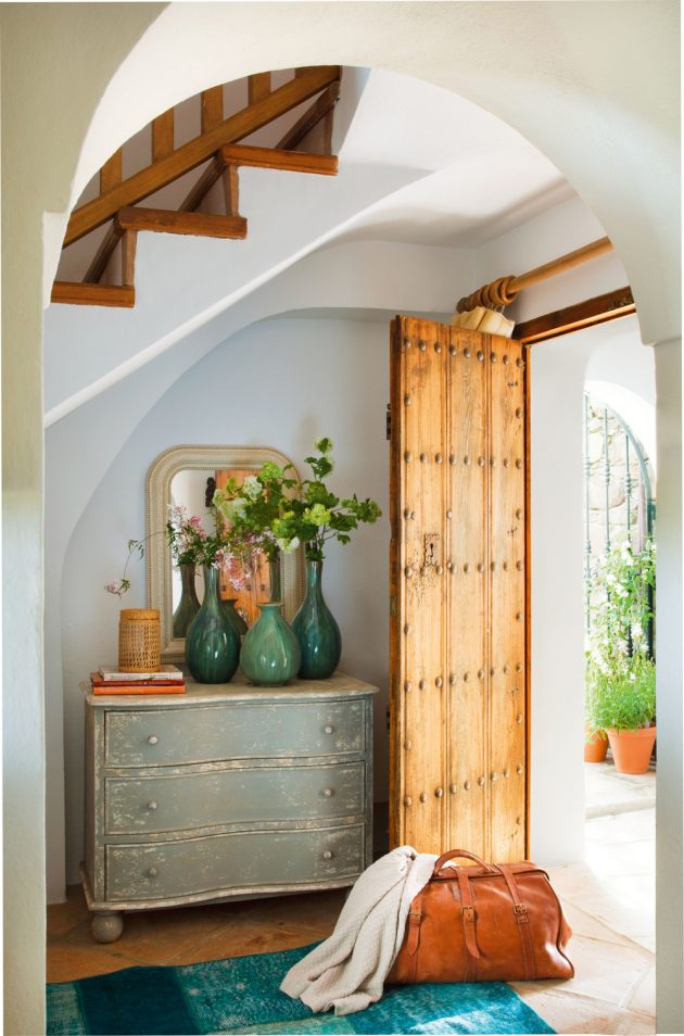 How to Restore Vintage Furniture With Paint
