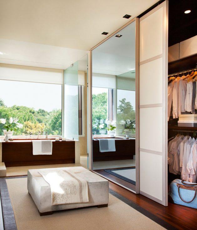 Spacious & Very Versatile Bathroom With a Dressing Room