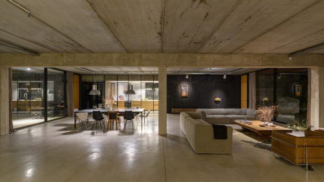 Textures House by Roberto Benito Arquitecto in San Francisco, Argentina